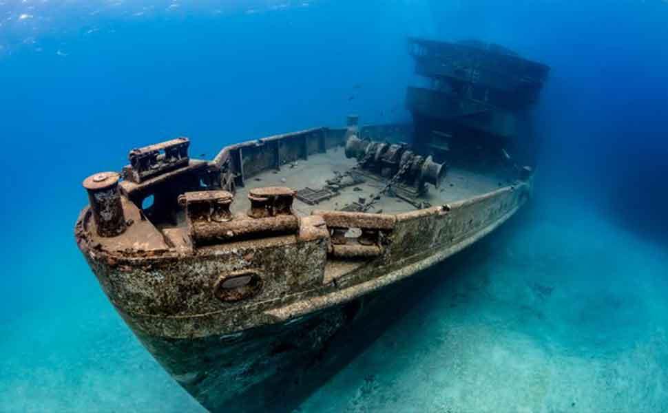 Военное судно под водой в Пуэрто Марелос